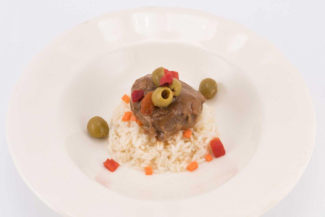 Carne con arroz y salad olives Goya