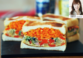 Colorful omelet sandwich