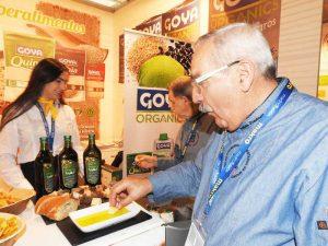 """Degustación de aceite """"Organics"""" en el stand de Goya."""